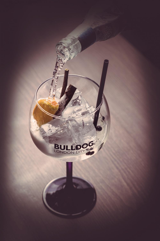 Bulldog Gin tonic wordt ingeschonken